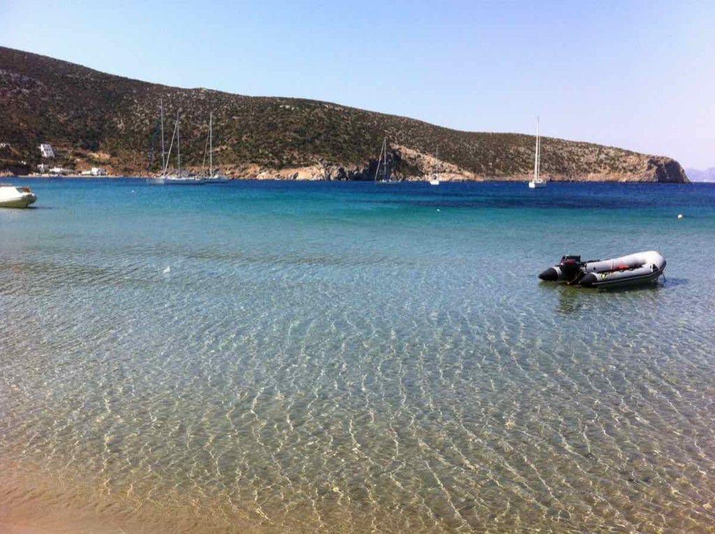 Una barca a vela a noleggio per visitare le isole Cicladi: un paradiso per una vacanza in Grecia